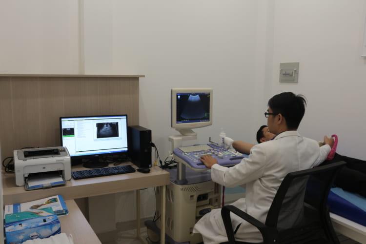BS. Đoàn Anh Sang-Trung tâm Sức khỏe Nam giới Men's Health đang siêu âm ổ bụng cho bệnh nhân